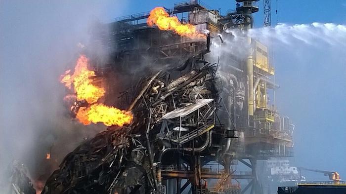 La madrugada del 1 de abril un incendio en la plataforma Abkatun en la Sonda de Campeche derivó en un derrame. Foto: Cuartoscuro
