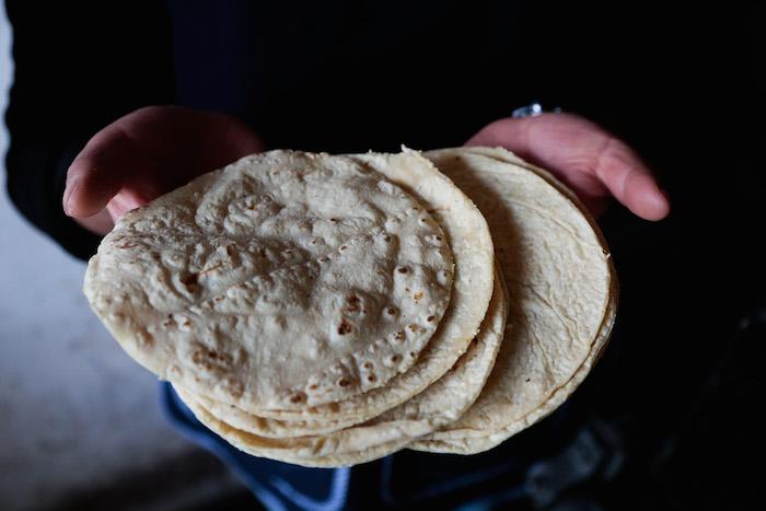 La principal diferencia entre estos tipos de tortillas es que el consumidor no sabe el origen de la harina. Foto: Cuartoscuro
