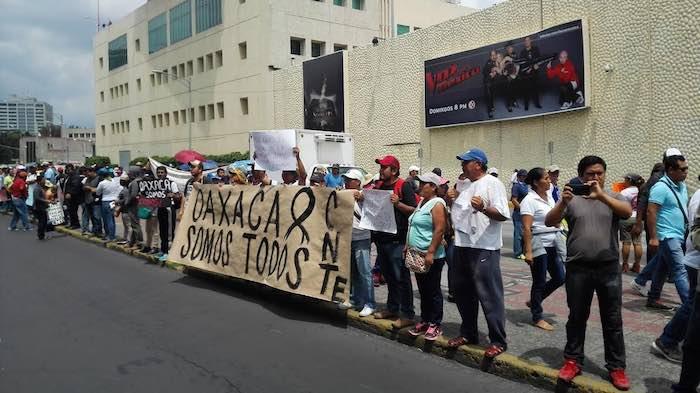 En la imagen, los profesores realizando una valla humana afuera de Televisa. Foto: Luis barrón, SinEmbargo.