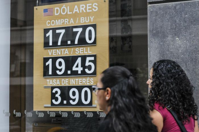 El dólar llegó a cotizarse arriba de los 19.50 pesos, a lo largo de la jornada el peso fue recuperando terreno. Foto: Cuartoscuro