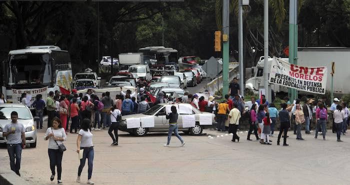 Miembros de la CNTE realizan bloqueos en la ciudad de Cuernavaca. Foto: Cuartoscuro.