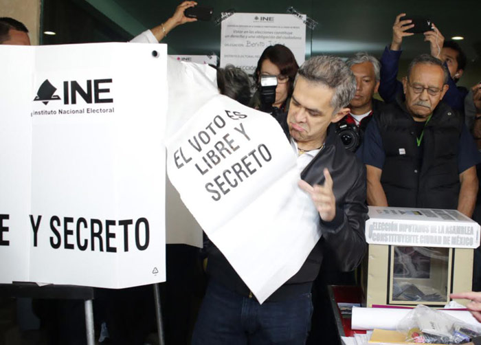 Miguel Ángel Mancera votando. No fue una buena jornada para su partido. Foto: Francisco Cañedo, SinEmbargo