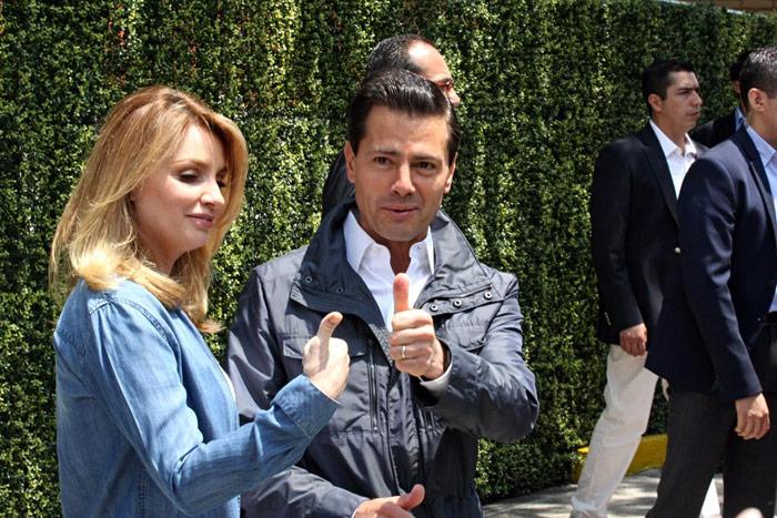 El Presidente Enrique Peña Nieto y su esposa Angélica Rivera emitieron sus votos para elegir a diputados de la Asamblea Constituyente de la Ciudad de México. Foto: Luis Barrón, SinEmbargo