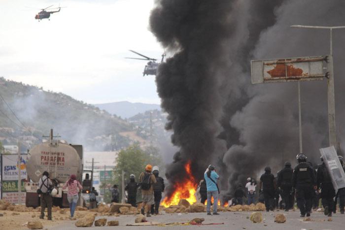 Helicópteros de la Policía Federal sobre la zona del enfrentamiento con maestros de la CNTE. Foto: Cuartoscuro.