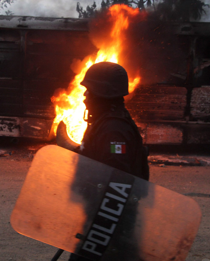 Policía antimotines, durante los enfrentamientos con pobladores. Foto: Cuartoscuro