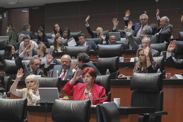 Legisladores votando, durante una sesión del Periodo Extraordinario del Senado de la República. FOTO: Cuartoscuro