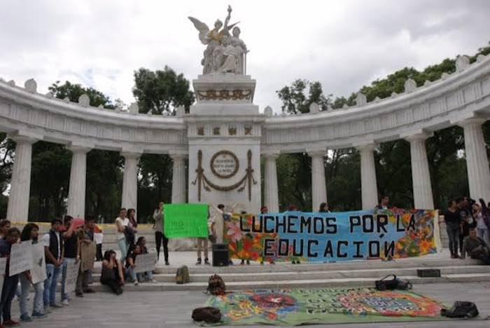 Los manifestantes en el Hemiciclo a Juárez. Foto: Valentina López Severiano, SinEmbargo.