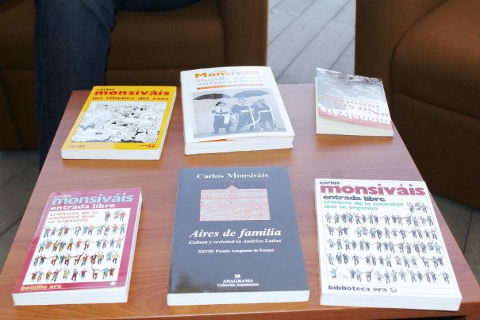 Libros de Carlos Monsiváis, en su homenaje. Foto: Secretaría de Cultura