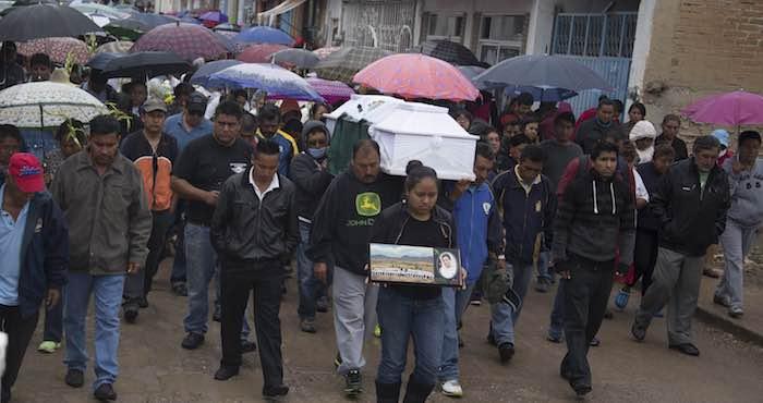 En la imagen, el entierro de una de las personas que falleció en Nochixtlán durante los enfrentamientos entre la Policía Federal y manifestantes en favor de la CNTE. Foto: Cuartoscuro.