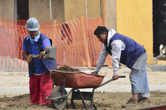 MÉXICO, DF., 02ENERO2013.- Personas que laboran en algún oficio, como lo son boleros, organilleros, albañiles y plomeros, entre otros, serán los más afectados por el bajo crecimiento económico proyectado para 2014 en el país. A pesar de haber entrado en vigor a partir de ayer el incremento al salario mínimo del 3.9 por ciento, ellos no se beneficiarán en lo absoluto. Para el área geográfica A quedará en 67.29 pesos por jornada laboral y para el área B será de 63.77 pesos, lo anterior fue acordado por la Comisión Nacional de Salarios Mínimos; en contraste el boleto del metro aumentó en precio un 60 por ciento. FOTO: MARÍA JOSÉ MARTÍNEZ /CUARTOSCURO.COM