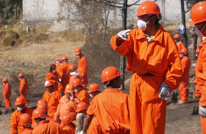 En el 2010 trabajadores de Pemex atendieron el río Atoyac despues de un derrame. Foto: Cuartoscuro