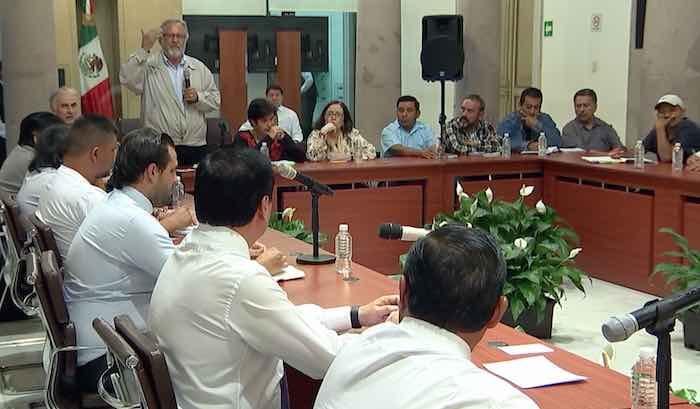 Miguel Álvarez Gándara, presidente de Serapaz, al micrófono durante la reunión. Foto: Especial