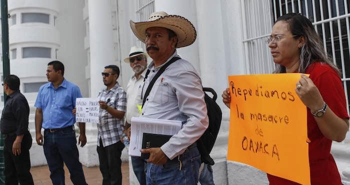 Miembros de la CNTE afuera del Palacio de Gobierno de Hermosillo. Foto: Cuartoscuro.