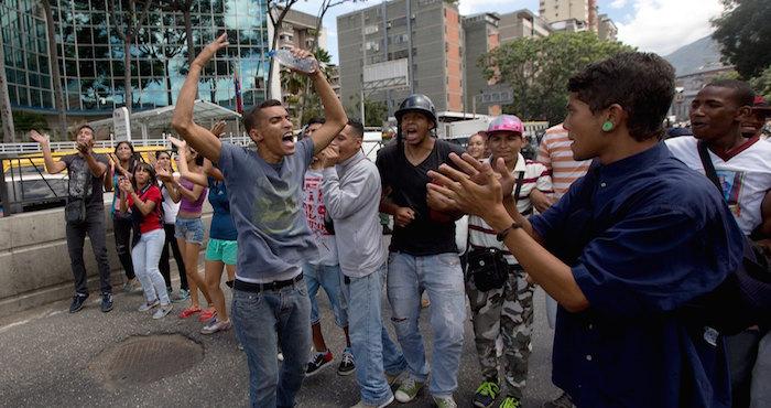 """La gente grita """"¡Queremos comida!"""" en la calle fuera de una tienda de comestibles donde esperaron durante horas la llegada de alimentos Foto: AP"""
