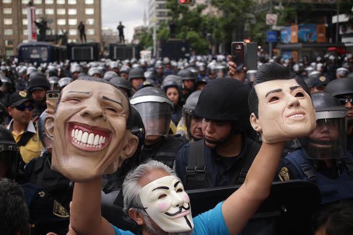 Un cerco de policías impide el paso de maestros al Zócalo de la Ciudad de México. Foto: Francisco Cañedo, SinEmbargo