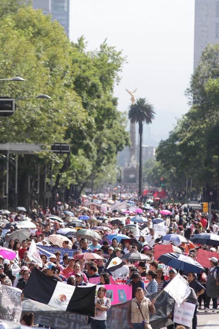 Maestros y padres de familia se movilizan desde el Ángel de la Independencia rumbo al Zócalo capitalino. Foto: Francisco Cañedo, SinEmbargo