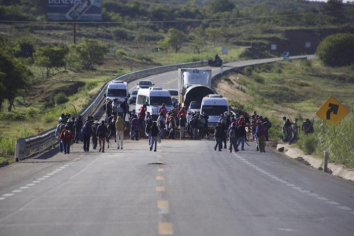 Ayer, padres de familia y miembros de la CNTE mantuvieron los bloqueos en la comunidad de Nochixtlán, Oaxaca. Foto: Cuartoscuro