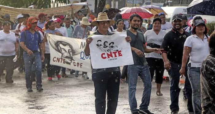 Maestros pertenecientes a la CNTE marcharon esta tarde enTuxtla Gutiérrez, manifestando su inconformidad ante la Reforma Educativa. Foto: Cuartoscuro.