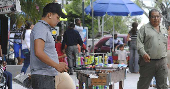 En Guerrero, un joven toca la marimba en el zócalo, para ganarse unas monedas y hacerle frente a la severa crisis por la que atraviesan los mexicanos. Foto: Cuartoscuro.