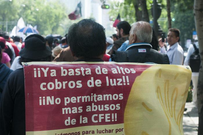 MÉXICO, D.F., 08JULIO2014.- Cientos de integrantes del Sindicato Mexicano de Electricistas (SME) realizaron una marcha sobre Paseo de la Reforma rumbo a la Secretaría de Gobernación en protesta por los altos cobros en los recibos de la luz por parte de la Comisión Federal de Electricidad. FOTO: DIEGO SIMÓN SÁNCHEZ /CUARTOSCURO.COM