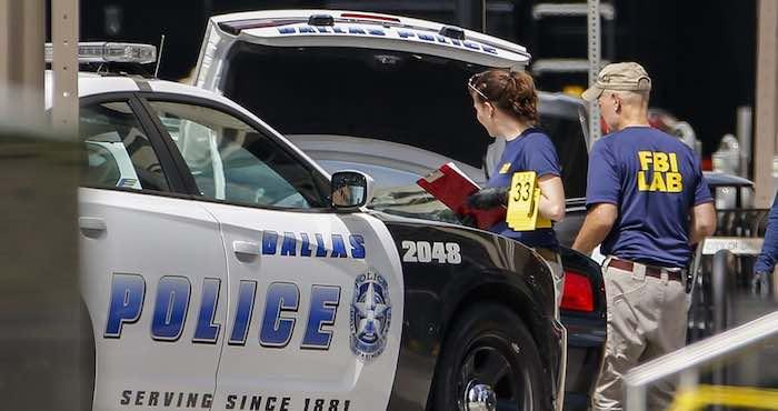 Alertan sobre enmascarado cerca de cuarteles policiacos en Dallas