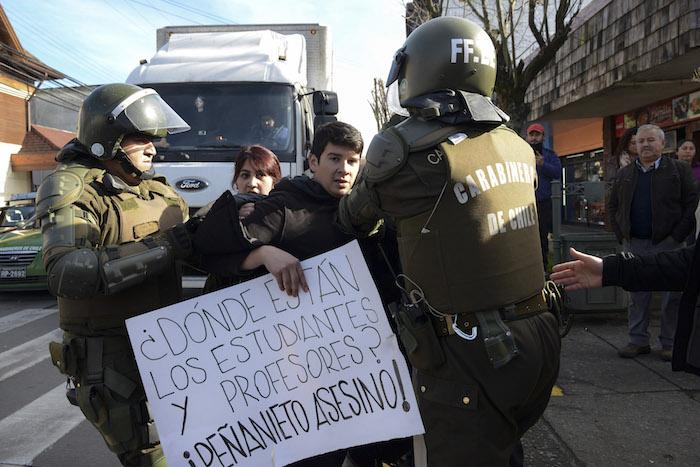 El manifestante que protestó contra la presencia de Peña Nieto en la Cumbre Alianza del Pacífico. Foto: Cuartoscuro