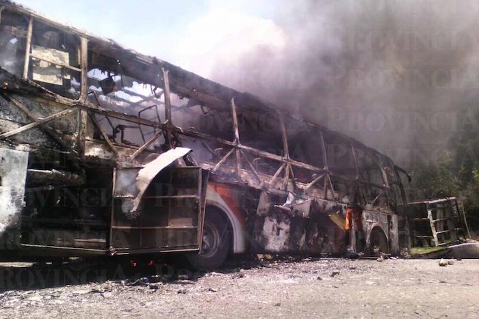 Tres autobuses incendiados en la carretera libre Pátzcuaro-Uruapan. Foto: Provincia.