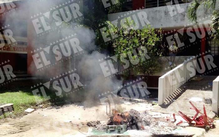 Maestros de la CETEG destrozaron las oficinas del SNTE en Acapulco. Foto: Carlos Carbajal, El Sur.