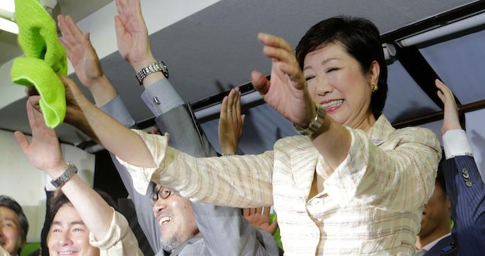 La ex Ministra de Defensa de Japón Yuriko Koike celebra junto con sus partidarios su triunfo en las elecciones para ser la nueva gobernadora de Tokio. Foto: AP