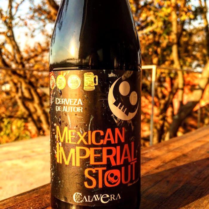 Con su 9 por ciento de volumen alcohólico la Mexican imperial stout en la más representativa de la cervecería Calavera. Foto: Facebook (cerveceriacalavera)