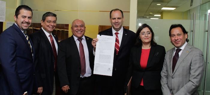 Los integrantes de la Coparmex con el documento de la demanda de amparo. Foto: Especial