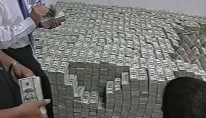 Las imágenes de las columnas de billetes de dólares que llenaron una habitación de la PGR, le dieron la vuelta al mundo. Foto: Archivo