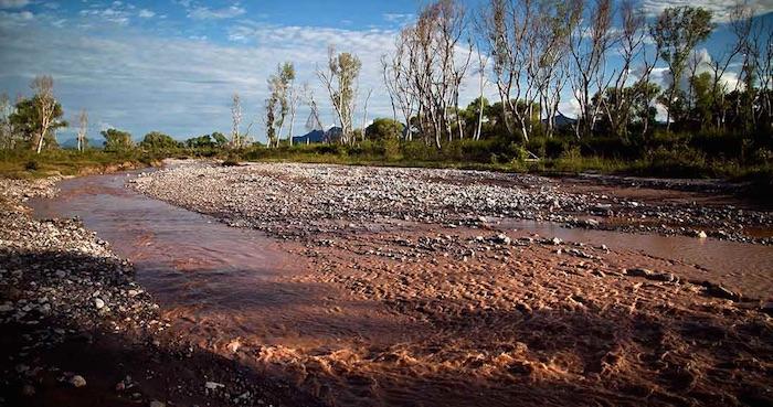 El hecho ocurrió cuando la laguna que contenía desechos de la mina La Herradura de San José de Bacis colapsó y el afluente se llevó a una familia, los cuales fueron arrastrados. Foto: Archivo