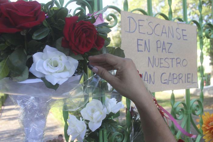 Ayer por la tarde, seguidroes de Juan Gabriel se reunieron en las afueras de la casa del cantautor en la avenida 16 de Septiembre en Ciudad Juárez. Foto: Cuartoscuro