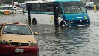 Las lluvias dejaron calles inundadas en Iztapalapa. Foto, Twitter @retioDF