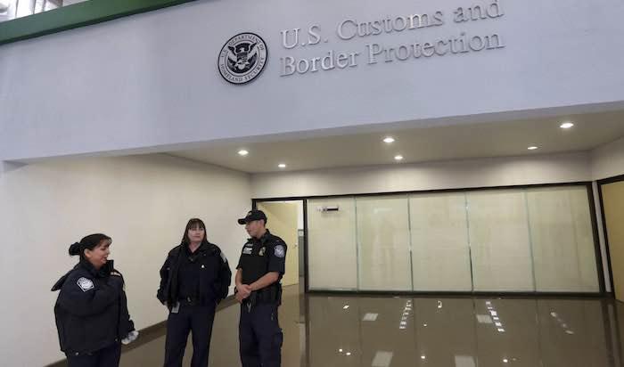 Autoridades buscan identificar a bebé hallada en maleta de pareja de EU
