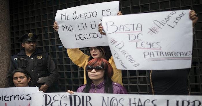 Mujeres se manifestaron a las afueras de la Emb FOTO: Cuartoscuro