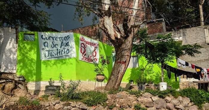 Mantas con consignas cuelgan en la pared de la casa donde vivía César Eduardo. Foto: César Solórzano, Zona Franca.