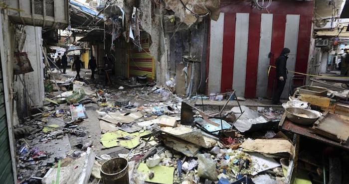 Varios iraquíes inspeccionan el lugar del atentado registrado el pasado sábado 31 de diciembre en el mercado Sinak, en el centro de Bagdad (Irak). Foto: EFE