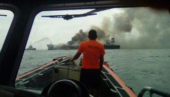 La Secretaría de Marina (SEMAR) de México publicó una foto del incendio en su cuenta de Twitter.  Foto: @SEMAR_mx