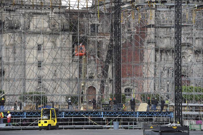 En el Zócalo de la Ciudad de México ya se instala el escenario para el concierto que Roger Waters dará este sábado. Foto: Cuartoscuro