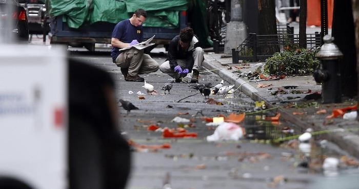 Investigadores recogen evidencia el lunes 19 de septiembre de 2016 en el sitio donde explotó un artefacto el sábado, sobre la Calle 23 Oeste, en el barrio Chelsea de Manhattan, Nueva York. Foto: Ap