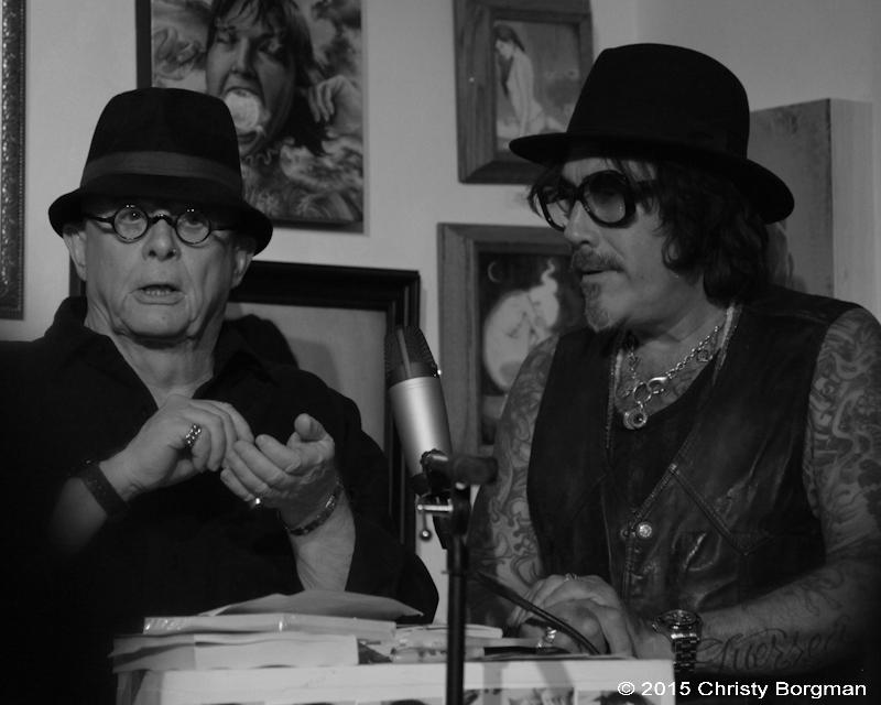 El fallecido escritor Dan Fante, junto a Jonathan Shaw, en una galería de Los Ángeles. Foto: Sexto Piso