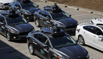 Un grupo de vehículos autónomos de Uber se preparan los recorridos. Foto: AP