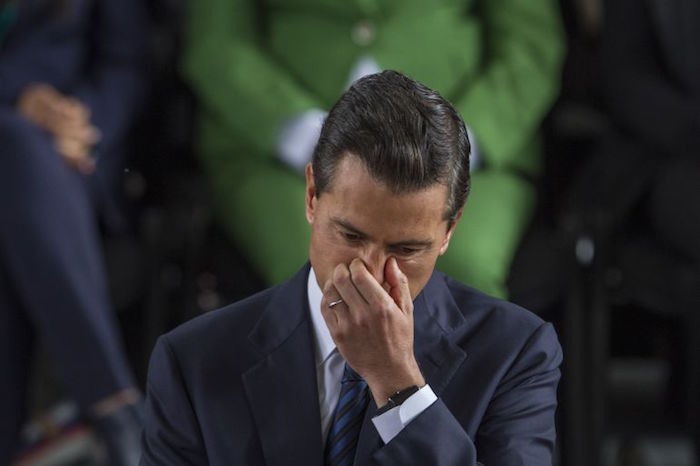 Pero a Peña Nieto no le interesa saber que su política económica está ahogando a una importante parte de los mexicanos. Foto: Especial