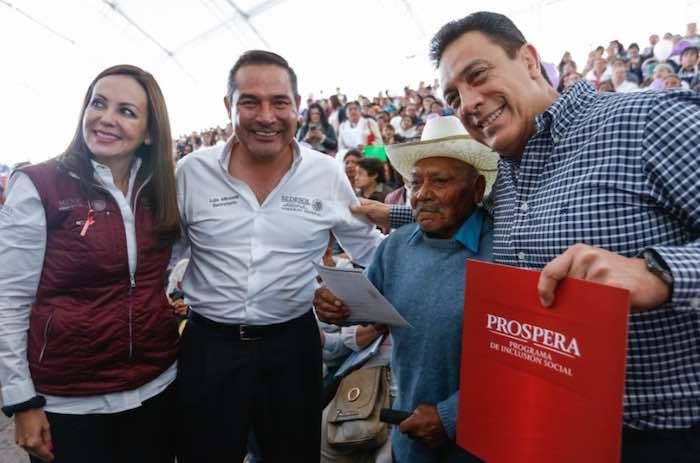 En la imagen, de izquierda a derecha, la priista Paula Hernández Olmos, Coordinadora Nacional del Programa Prospera; Luis Enrique Miranda Nava; Don Juan Cerón García, hombre de 97 años de edad quien obtuvo su certificado de primaria con promedio de 10; y el Gobernador priista Omar Fayad Meneses. Foto: Twitter [@LuisEMirandaN].