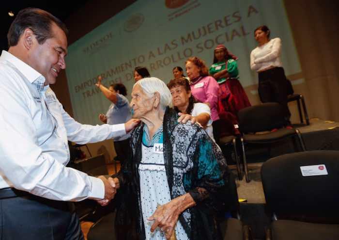 En la imagen, el Secretario Miranda Nava saluda a Doña María Félix Nava, jalisciense de 116 años de edad y beneficiaria de los programas de la Sedesol. Foto: Twitter [@LuisEMirandaN].