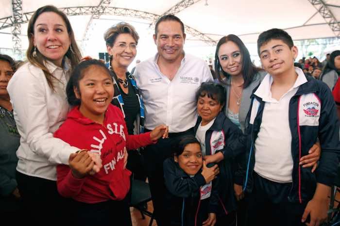 En la imagen, Miranda Nava posa con algunos de los beneficiarios de los programas sociales en el estado de Tlaxcala. Foto: Twitter [@LuisEMirandaN].
