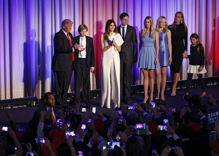 Donald Trump acompañado por su familia ante sus simpatizantes durante la fiesta electoral organizada en Nueva York tras su triunfo el martes. Foto: EFE