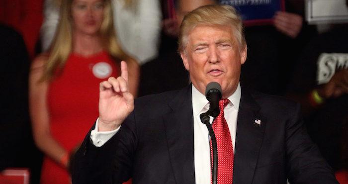"""Trump pide """"extremar"""" revisiÛn de inmigrantes y Clinton evitar el miedo"""